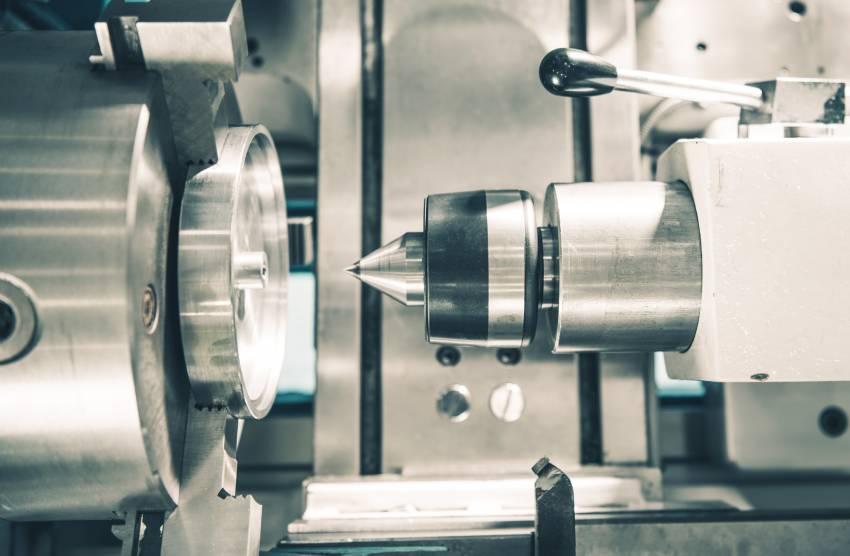 Máquina de torno para hacer operaciones de mecanizado