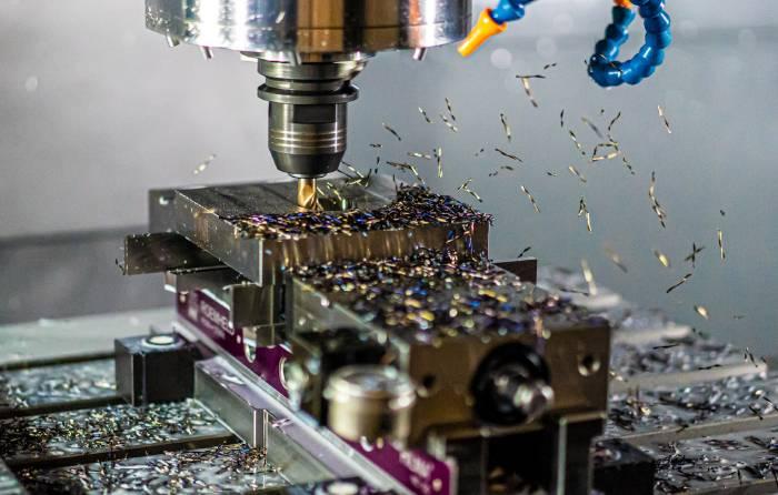 mecanizado de una pieza por una máquina conectada a sistema CAD CAM
